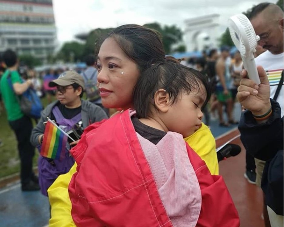"Alumna Regina Layug-Rosero gives out ""Mom Hugs"" during Metro Manila Pride"