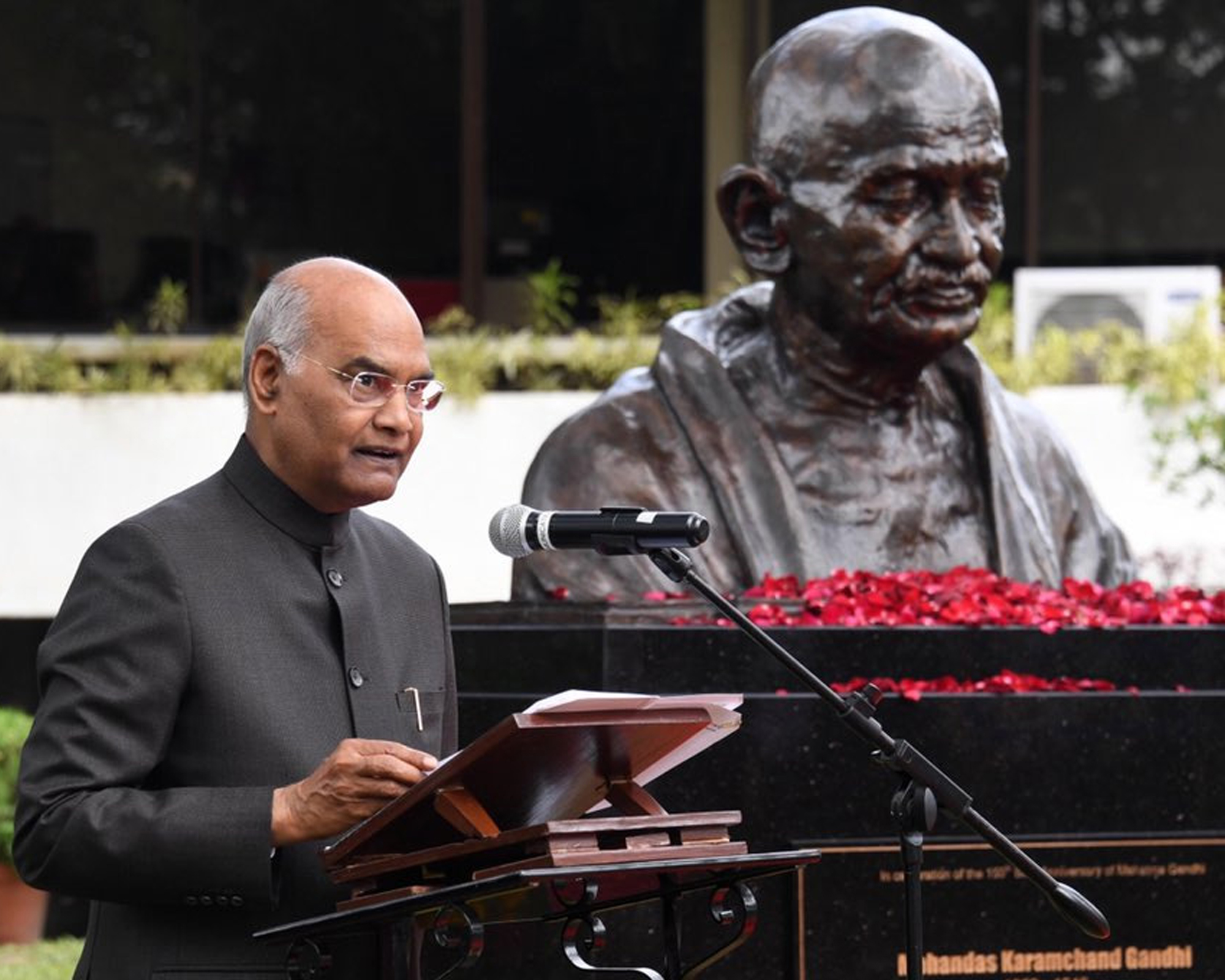 President Kovind unveils bust of Mahatma Gandhi in the Philippines  |  Daily Excelsior India
