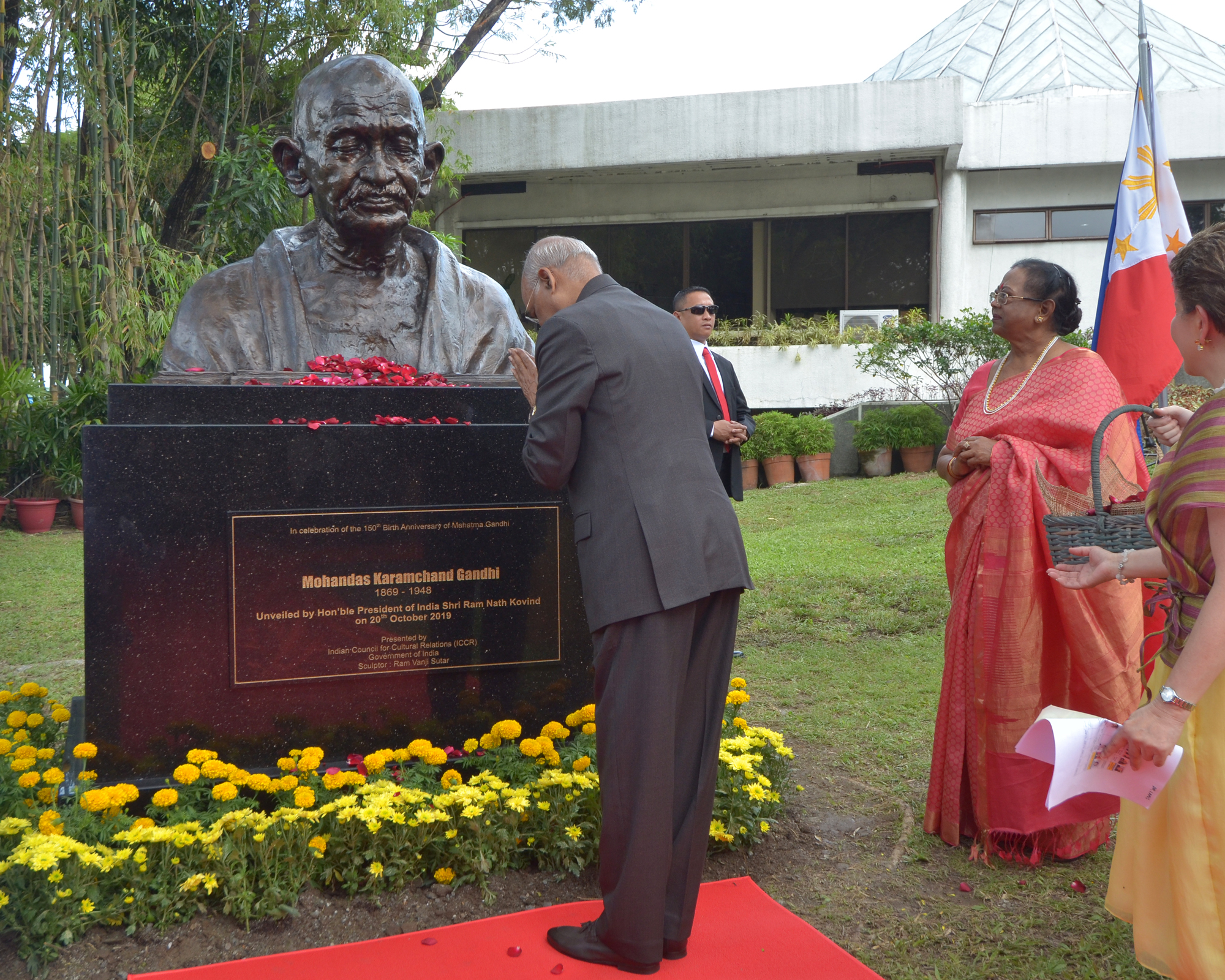 Indian President unveils first Mahatma Gandhi bust in the Philippines