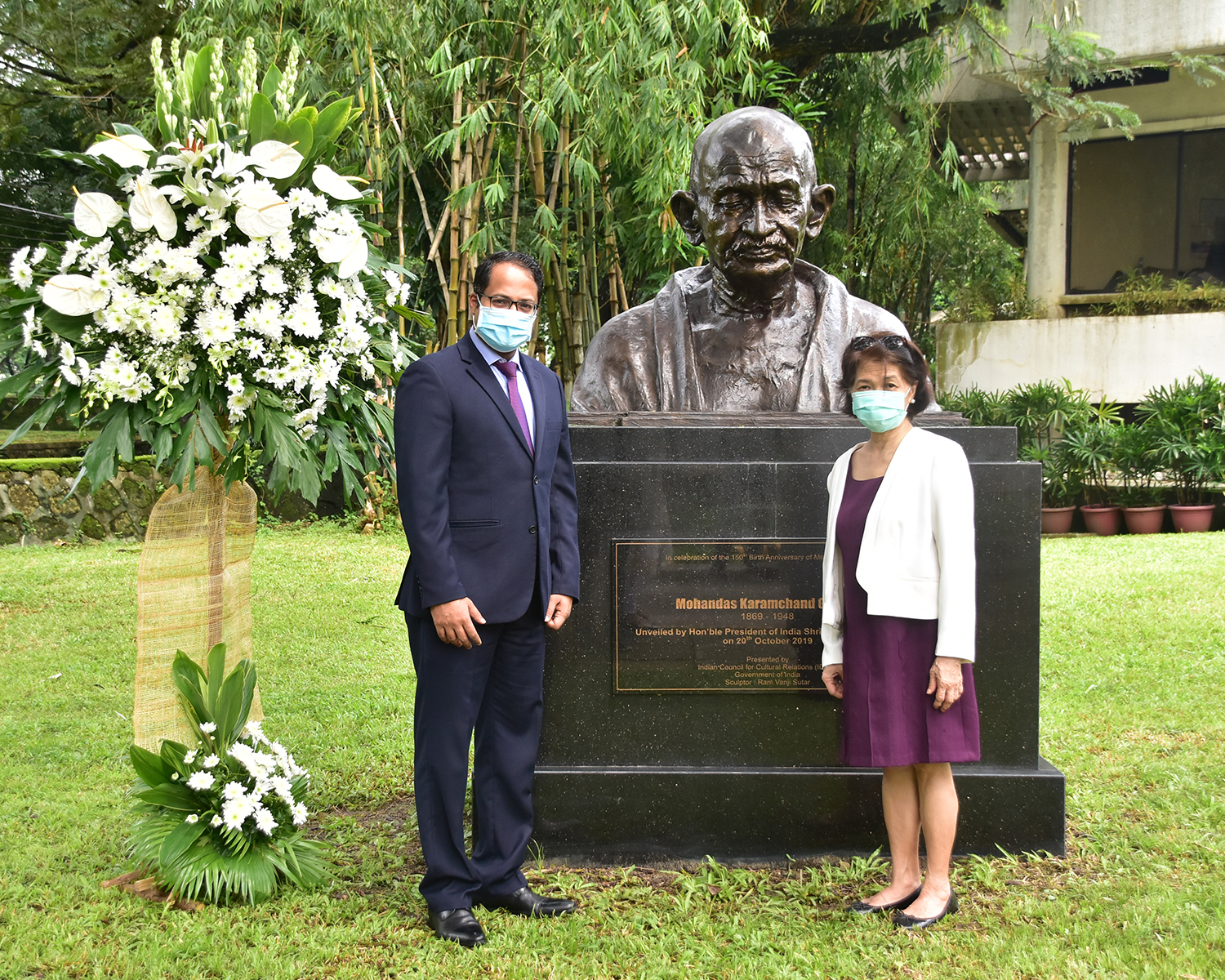 Indian Amb. Kumaran and MC President Amb. Del Rosario pay tribute to Gandhi